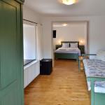 pokoj s dvojitou postelí a dvojitou přistýlkou